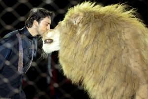 Stefano Orfei Nones con Artù. Secondo gli animalisti questo è un leone che nel circo se la passa malissimo