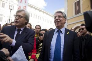 Il senatore Carlo Giovanardi davanti a Montecitorio con Vittorio Sgarbi e tanta gente del circo in occasione della manifestazione organizzata dall'Ente Nazionale Circhi (foto Silvia Ottaviano)