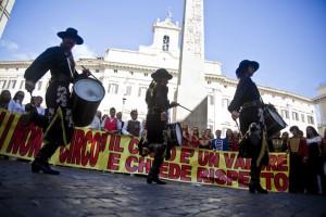 La manifestazione promossa dall'Enc davanti a Montecitorio (foto Silvia Ottaviano)