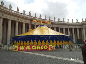 Lo chapiteau montato in piazza San Pietro nel 2012