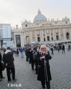 Liana Orfei in piazza San Pietro in occasione del pellegrinaggio della gente del circo e dello spettacolo viaggiante in Vaticano (foto Circo.it)