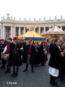 piazza-san-pietro-gruppi-pellegrini