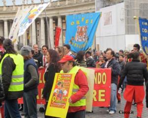 Una immagine della partecipazione della gente del circo in piazza San Pietro in occasione della udienza con Papa Benedetto lo scorso dicembre