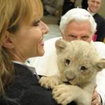 """Il Papa alla udienza del 1° dicembre gioca con il leoncino """"Benedetto"""""""