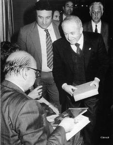 Fu feeling fra i socialisti e il circo. Bettino Craxi riceve da Egidio Palmiri una copia della Storia del Circo di Cervellati