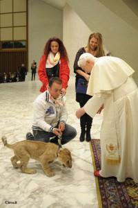 Emanuele Farina con Papa Benedetto che si diverte ad accarezzare il lencino