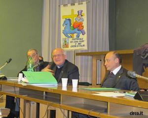 Mons. Perego fra Walter Nones e Antonio Buccioni durante il suo intervento ad una assemblea ENC