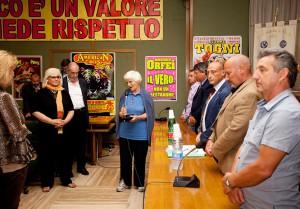 Suor Genèvieve mentre guida la preghiera per Massimo D'Acierno
