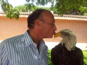Il presidente Enc, Antonio Buccioni, è un grande amante degli animali e si concede anche tenere effusioni con Olimpia