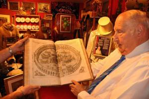 Alain Frere sfoglia uno dei preziosi volumi della sua biblioteca-museo
