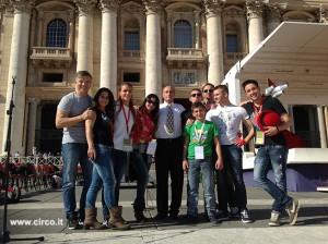 Eccoli qua i giovani giocolieri e acrobati - insieme al presidente Buccioni e a Maicol Martini - che oggi animano la giornata mondiale delle famiglie in Piazza San Pietro. In home page, Andrea Togni