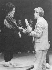 Sue Ellen riceve il diploma all'Accademia del Circo dal sindaco di Cesenatico (dove ai tempi si trovava la sede della scuola)