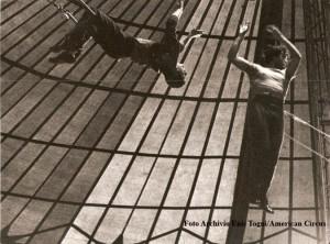 Sempre Giuliano Gemma in azione, in questa foto nel ritorno al trapezio (foto Archivio famiglia Enis Togni/Circo Americano)