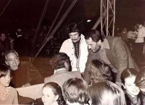 Giuliano Gemma mentre parla col regista Duccio Tessari (di spalle), insieme ad Alex Togni e Anthony Quinn in una fotografia del 1976 quando il circo era in piazzale Clodio a Roma