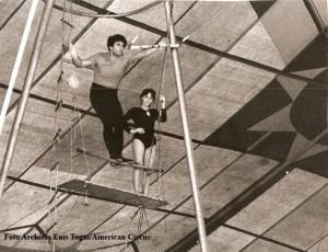 La partenza di Giuliano Gemma dalla panchina con Corina Triberti (foto Archivio famiglia Enis Togni/Circo Americano)