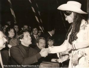 Giuliano Gemma, al circo Americano, inverno 72-73, viene invitato in pista da Eva Miller (foto archivio famiglia Enis Togni/Circo Americano)