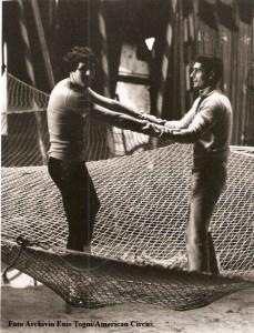Giuliano Gemma col porteur Oscar Papi si allena per la presa al porteur (foto archivio famiglia Enis Togni /Circo Americano)