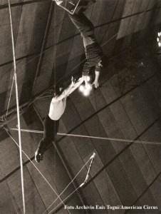 Giuliano Gemma alla presa col porteur Oscar Papi (foto Archivio famiglia Enis Togni/Circo Americano)