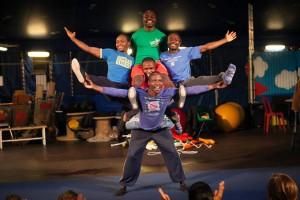 Gli acrobati africani Pamoja