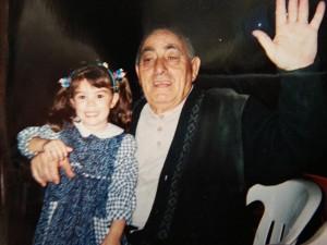 Yasmin da piccola in braccio all'amato nonno Amedeo