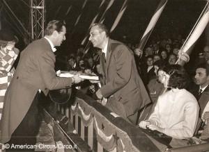 Aldo Moro, all'epoca presidente del Consiglio dei ministri, ad uno spettacolo dell'American Circus