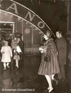 Costantino di Grecia e la moglie varcano l'ingresso dell'American Circus