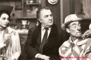 Fellini con Eva Miller e il clown Caveagna