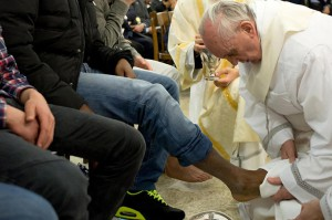 Papa Francesco lava i piedi ad alcuni giovani nel carcere di Casal del Marmo