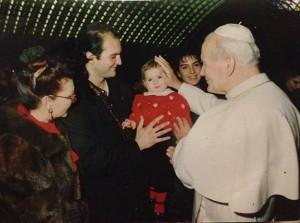 Romy piccolissima in braccio al cugino Paride Orfei da Giovanni Paolo II