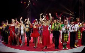 Gli artisti salutano il pubblico del Festival di Figueres (foto di Ahara Bischoff)