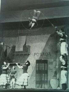 Un'immagine degli anni '30 della troupe di Carlo Medini, in uno spettacolo di varietà. Franco é il ragazzino a terra a sinistra, mentre il volteggiatore in aria é il fratello Italo