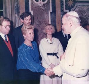 Loredana Nones con il compagno Siegfried Preisner da Giovanni Paolo II in udienza privata con il Circo di Mosca nel 1982