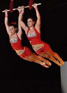 Due momenti del saggio conclusivo dello scorso anno accademico. Qui sopra, Sarah e Adriana Togni al trapezio a due. In basso, Sonny Caveagna (le foto sono di Flavio Michi)
