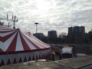 Il circo Rony Roller davanti alle Vele di Scampia