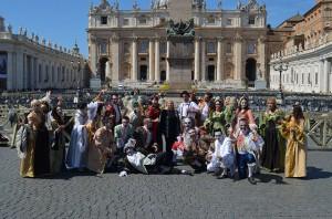 Tutta la compagnia del Circo degli Orrori insieme al presidente Enc, Antonio Buccioni, oggi in piazza San Pietro