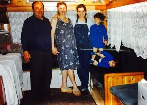 Ritratto di famiglia: Ugo De Rocchi e le due figlie Ivette e Gipsy coi nipotini Renato e Alessandro