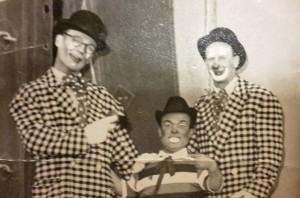 Vestito da clown (sulla sinistra) col fratello Romano (a destra)