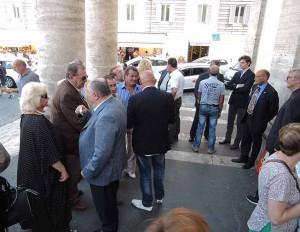 Alcuni dei partecipanti al trigesimo all'esterno della chiesa: Gaetano Montico fra Liana e Alberto Orfei