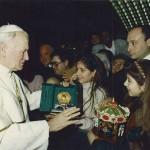 Dalla pagina facebook del presidente Buccioni è tratta questa foto: una giovanissima Virginia Raffaele con la cuginetta Valentina Guglielmi, rende omaggio di una giostrina e di una ruota panoramica in miniatura a Sua Santità Giovanni Paolo II.
