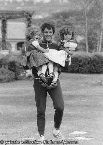 Vera e Giuliana Gemma in braccio a papà