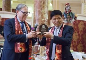 "Pilz mentre consegna a Su Zhigang il premio ""Circus Arts Ambassador Award"""