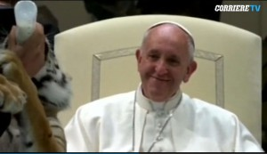 Notare l'espressione felice del papa mentre osserva il cucciolo intento a bere il latte al biberon